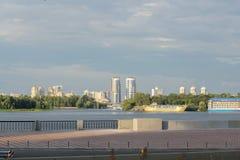 在池塘的日出在城市 在水的城市 免版税图库摄影