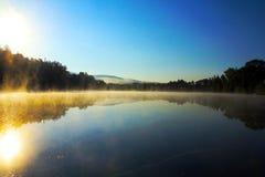 在池塘的日出 免版税库存照片