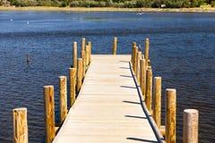 在池塘的木人行桥 免版税图库摄影