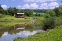在池塘的村庄 库存图片