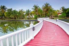 在池塘的桥梁在黎明 免版税库存照片