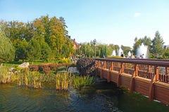 在池塘的桥梁在Mezhyhirya是前乌克兰总统维克多・费奥多罗维奇・亚努科维奇住所  免版税库存图片