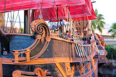 在池塘的海盗船在金银岛旅馆附近在拉斯维加斯。 图库摄影