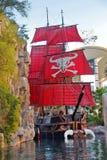 在池塘的海盗船在金银岛旅馆附近在拉斯维加斯。 免版税库存图片