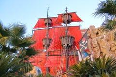 在池塘的海盗船在金银岛旅馆附近在拉斯维加斯 免版税库存照片