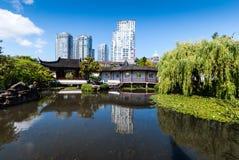 在池塘的看法在一个古典中国庭院里 免版税图库摄影