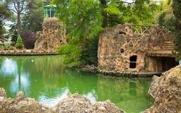 在池塘的看法有桥梁的和海岛在萨马停放 免版税库存图片