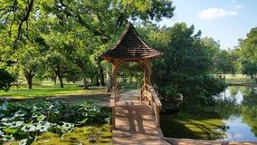 在池塘的眺望台桥梁 免版税库存图片