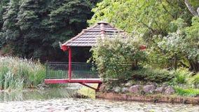 在池塘的红色东方大厦 库存图片