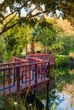 在池塘的红色桥梁 免版税库存照片