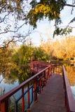 在池塘的红色桥梁 免版税库存图片