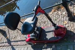 在池塘的红色电滑行车在斯勒伊斯在荷兰 库存照片