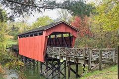 在池塘的被遮盖的桥 免版税库存图片