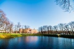 在池塘附近的城堡 免版税库存图片