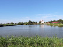 在池塘附近的宅基 库存图片