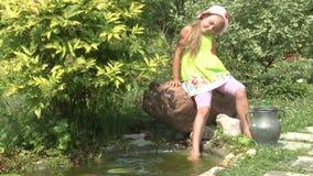 在池塘附近的小女孩 股票录像