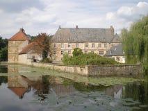 在池塘附近的比勒费尔德城堡德国 免版税库存图片