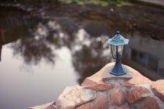 在池塘附近的灯笼 库存图片