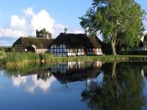 在池塘附近的danmark房子 库存图片