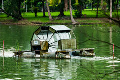 在池塘, Lumpini公园,曼谷中间的水车 免版税库存图片