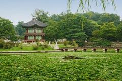 在池塘(汉城,韩国)的Pavillion 免版税库存图片