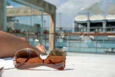 在池太阳镜游泳附近 免版税库存照片