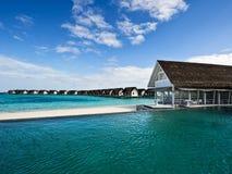 在池手段游泳水的海滨别墅 免版税库存照片