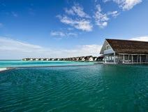 在池手段游泳水的海滨别墅 库存照片