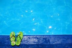 在池拖鞋游泳附近 库存照片