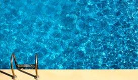 在池游泳之上 免版税库存图片