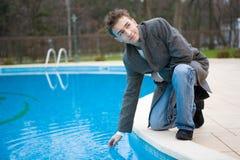 在池游泳附近的人 免版税库存图片