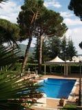 在池游泳附近的旅馆 库存照片