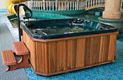 在池游泳附近的极可意浴缸 免版税库存照片