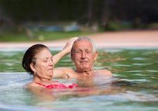 在池的夫妇 图库摄影