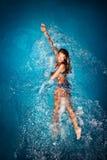 在池的妇女游泳 免版税库存图片