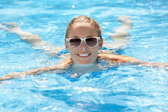 在池的妇女游泳 库存图片