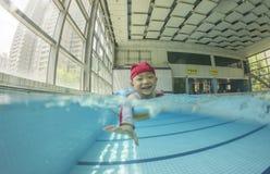 在池的孩子游泳与微笑 免版税图库摄影