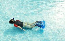 在池的孩子游泳 库存照片