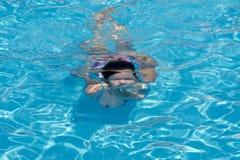 在池的少妇游泳 免版税库存图片