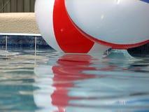 在池的海滩球 免版税库存照片