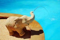 在池附近的喷泉大象 免版税库存图片