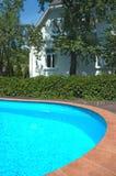 在池附近的房子 免版税库存图片
