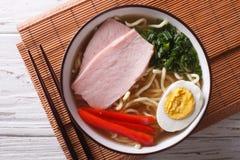 在汤的拉面面条用在碗关闭的猪肉 水平 免版税库存照片