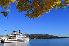 在汽船Lac Du湖的乔治,纽约, 2013年10月Saint Sacrement的秋天巡航 免版税库存图片