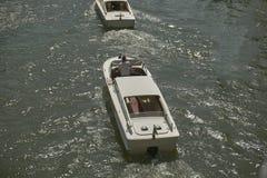 在汽艇之间的追求 免版税图库摄影