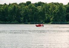 在汽艇的急救工作在湖 库存图片