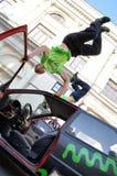 在汽车上面的手倒立把戏  免版税库存照片