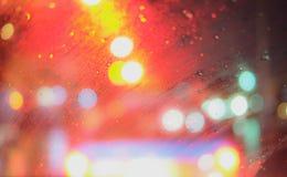 在汽车之外下雨在方式焦点的它模糊 免版税库存图片
