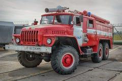 在汽车乌拉尔基地的苏联消防车 库存图片