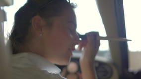 在汽车乘客座位的年轻女性开会和做构成,日期在工作以后 股票视频